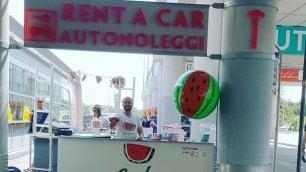 Bari, l'anguria in aeroporto il chiosco conquista i turisti
