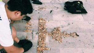 Raccolgono cicche di sigaretta  e riproducono fontana di Mola