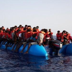 miglior valore Saldi 2019 guarda bene le scarpe in vendita Taranto, 83 migranti sbarcano all'isola di San Pietro: 12 ...