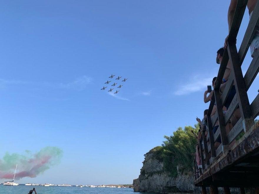 Frecce tricolori nel cielo di Otranto, lo show incanta i bagnanti