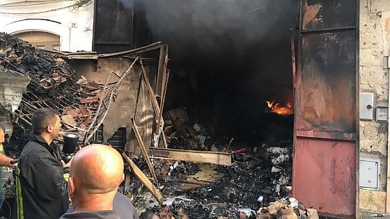 Incendio nella notte nel Barese distrutti abitazione e un deposito. Un uomo si lancia dal balcone: ferito