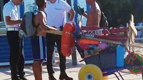 Bari, la sedia per i disabili usata come carriola nella spiaggia di Pane e pomodoro