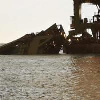 Ex Ilva, cade la gru in mare: disperso un operaio