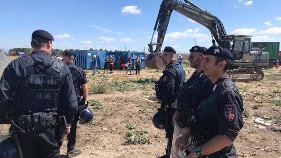 """Migranti, smantellate 35 baracche nel ghetto di Borgo Mezzanone. Salvini: """"Avanti con le ruspe"""""""