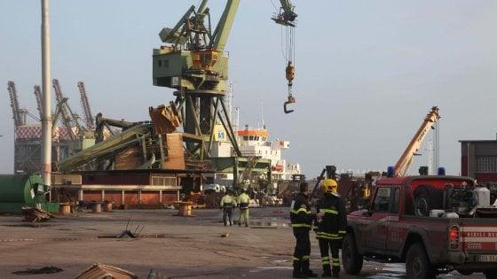 Ex Ilva, recuperato in mare il corpo del gruista disperso a Taranto dopo la tromba d'aria