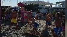 Aldo in spiaggia replica la scena cult del trio