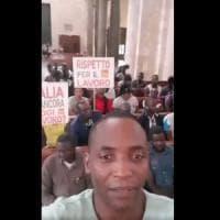 Bari, gli immigrati occupano la basilica di San Nicola con Aboubakar Soumahoro: