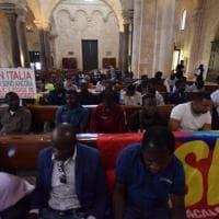 Bari, la protesta dei braccianti nella basilica: momenti di tensione con i vigili