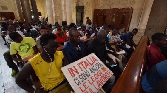"""Bari, braccianti stranieri occupano la basilica di San Nicola con Aboubakar Soumahoro: """"Siamo sfruttati"""""""