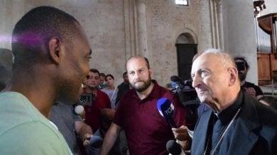 """Il vescovo di Bari Cacucci ai braccianti """"Noi in difesa della dignità umana""""    Video"""