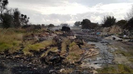 Bari, rifiuti di plastica scaricati e bruciati nella lama naturale: 4 indagati