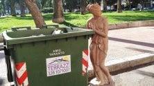 Una statua abbandonata  vicino al Museo MarTa
