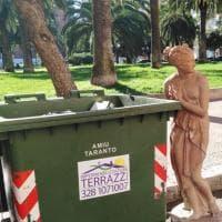 Taranto, la statua abbandonata vicino al Museo archeologico