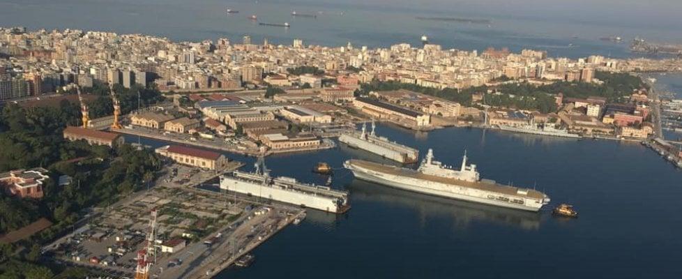 Taranto, la portaerei Cavour nel bacino per il restyling: un'operazione da 70 milioni di euro