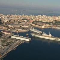 Taranto, la portaerei Cavour nel bacino per il restyling: un'operazione