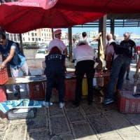 """Blitz sul molo di Bari: multe e sequestri per il pesce 'non a norma'. Decaro: """"La salute..."""