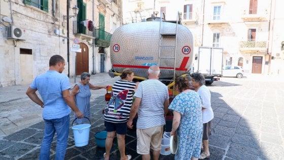 Bari, mezza città senz'acqua per ore a causa di un guasto Aqp: autobotti nel centro storico