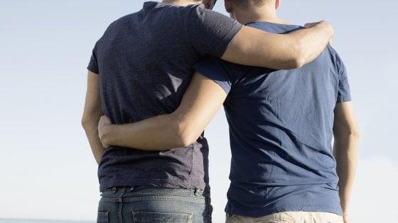 """""""Non affitto a coppie gay"""": in Puglia proprietaria rifiuta su Airbnb la prenotazione di due uomini"""