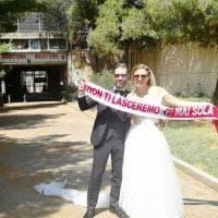 Oggi sposi e abbonati, coppia di tifosi del Bari in posa davanti alla biglietteria