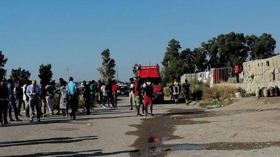 """Matera, 28enne nigeriana muore nel rogo della baraccopoli: """"In Italia per mantenere i due figli"""""""