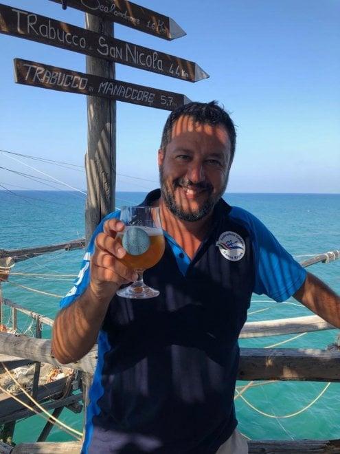 La crisi c'è ma non si vede: Salvini sul trabucco di Peschici brinda con la birra