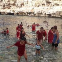 Polignano contesta l'arrivo di Salvini: in spiaggia flash mob per i migranti morti in mare