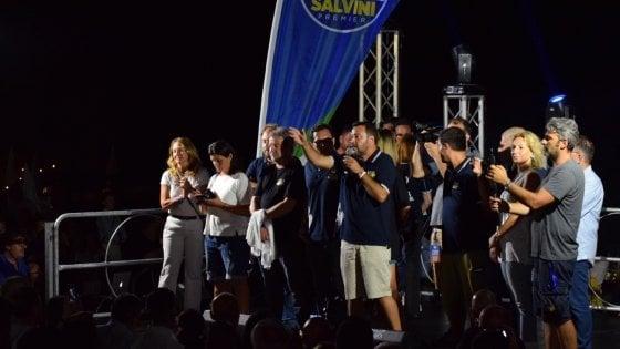 """Salvini, prima le contestazioni poi il proclama dalla spiaggia pugliese: """"Politici alzino il culo, a Ferragosto si lavora"""""""