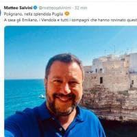 """Salvini, selfie a Polignano a Mare: """"A Casa Emiliano e tutti i compagni..."""""""