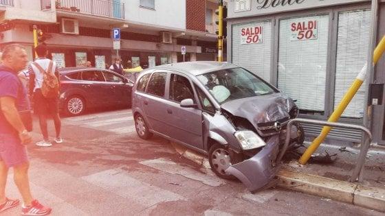 Bari incidente in centro: auto sfonda semaforo. Alla guida un 28enne con la patente falsa