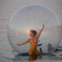 Bari, danza aerea sul lungomare: le ballerine fluttuano al tramonto