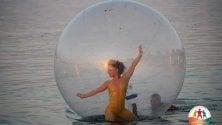 Danza aerea sul mare  le ballerine fluttuano
