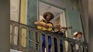 Jovanotti, serenata per i fan dal balcone