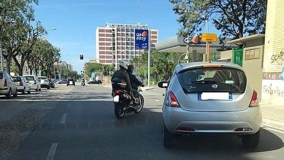 """Bari, vigili in borghese su moto per multare chi usa il cellulare mentre guida. Decaro: """"E' poco, va sequestrata l'auto"""""""