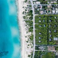 Mare blu, scogliere e città: la Puglia vista dall'alto è mozzafiato