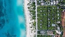 Mare blu, scogliere, città la Puglia vista dall'alto