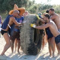 Pneumatici, reti di plastica e vecchie scarpe: ecco i rifiuti su spiagge e fondali di Puglia