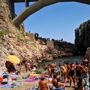 Salento, tuffo di 15 metri dal Ciolo: 21enne turista francese ferita gravemente