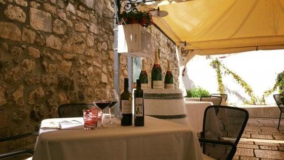 """Versa Brunello di Montalcino del '97 in calice: multato chef a Monte Sant'Angelo. """"All'esterno va usata plastica"""""""