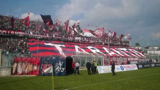 Calcio, a Taranto l'abbonamento 'sospeso': la colletta dei tifosi per donare tessere a chi non può pagarle