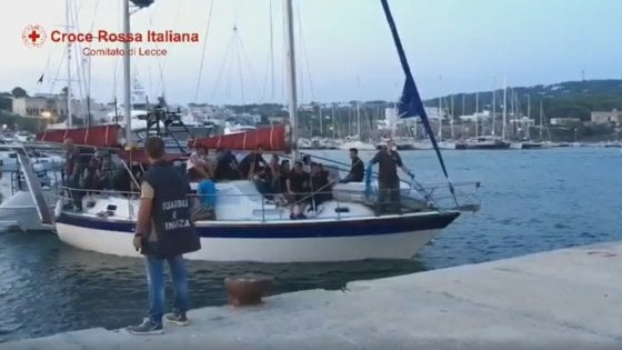 Salento, soccorsa imbarcazione in avaria con a bordo 35 migranti. Tra loro una donna incinta e 7 minori
