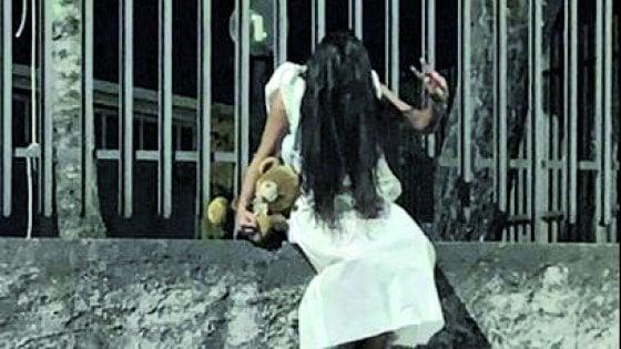 Travestono bambina da Samara e la fanno girare per strada: a Lesina denunciate la madre e un'amica