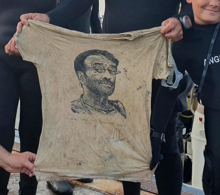 Isole Tremiti, dalla pulizia dei fondali sbuca la maglietta con la dedica di Lucio Dalla