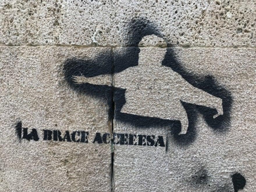 """""""La brace accesa"""", la street art celebra la 'signora di Bari vecchia'"""
