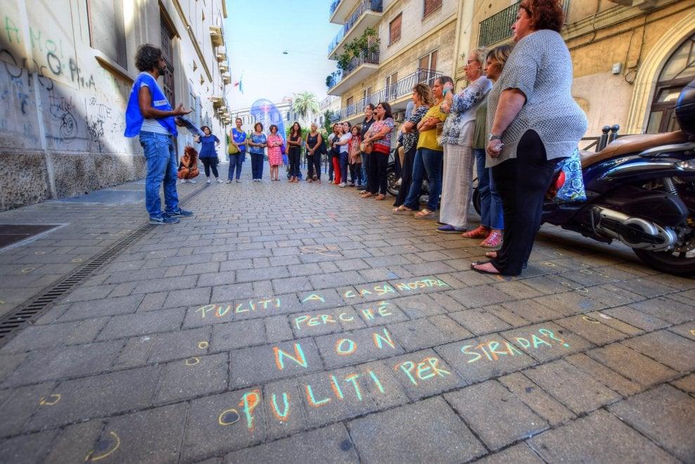 Bari, flash mob di civiltà: davanti a scuola caccia a gomme da masticare e mozziconi