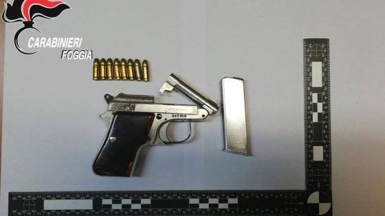 Foggia, nascondevano una pistola carica nella culla del figlio neonato: arrestati i genitori