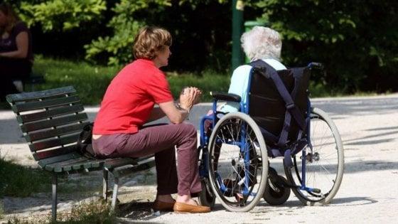 Brindisi, maltratta disabile 84enne: badante incastrata dalle telecamere nascoste dai parenti e arrestata