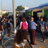 Bari, bus stracolmi e treni soppressi. Studenti in rivolta per i ritardi a scuola