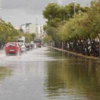 Maltempo, bomba d'acqua sulla città: disagi a scuola. Allagate le strade della Fiera del Levante