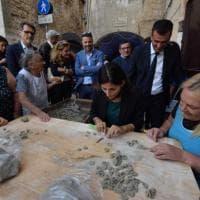 Virginia Raggi a lezione di orecchiette, la sindaca di Roma conquistata da Bari vecchia