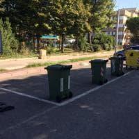 Bidoni, carrelli della spesa e sedie: a Bari l'occupazione dei parcheggi è selvaggia